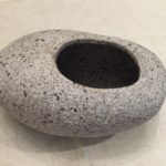 Vase d'ikebana japonais en forme de pierre