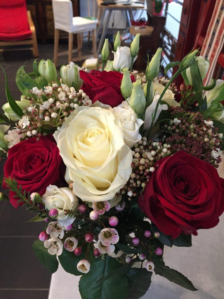 Roses blanches, rouges, Wax, Alstromeria, Lysianthus, Viburnum