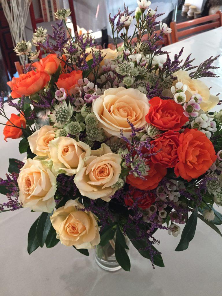Roses, roses branchues, Astrantia, Limonium, Daphné Laureola