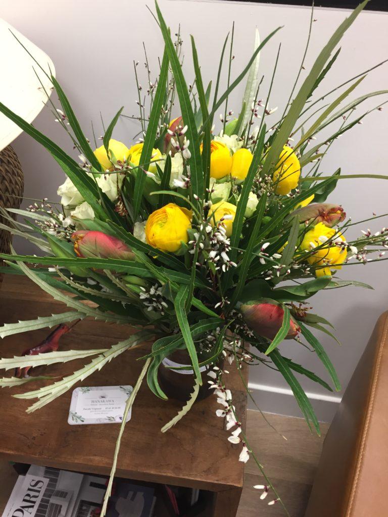 Grevillea, Genêt, Roses branchues, tulipes, tulipes Perroquet et renoncules