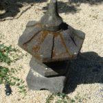 Parc de la Belle - lanterne japonaise, ombres et graviers blancs