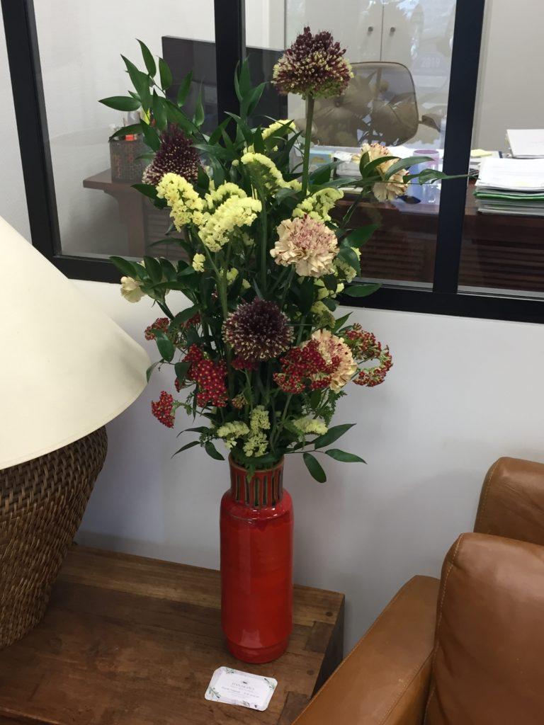 Allium, Statice, Oeillet, Achillea, Ruscus dans un vase chiné - collection personnelle - abonnement