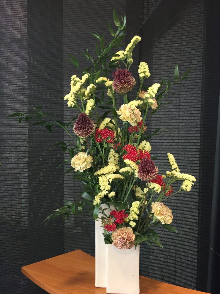 Allium, Statice, Oeillet, Achillea, Ruscus dans un vase ikebana - collection personnelle - abonnement