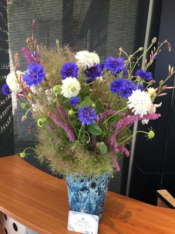Bleuets, Cotinus, Gaura, Scabieuse, Statice dans un vase chiné - collection personnelle - abonnement