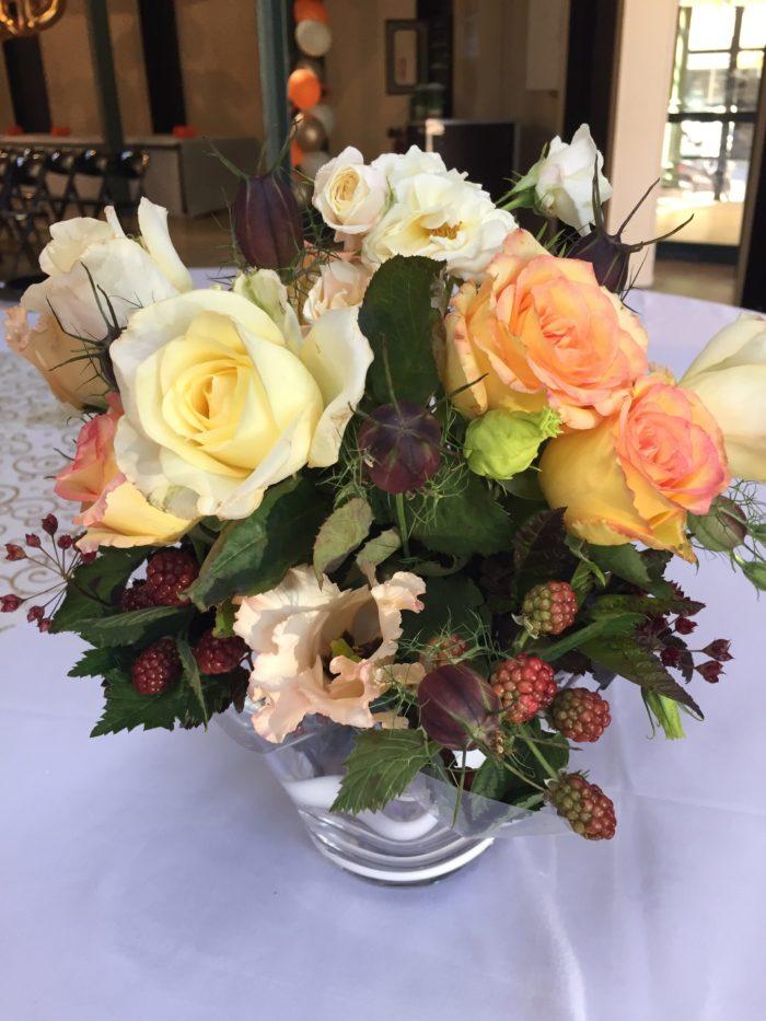 Roses, Lysianthus, Nigelles, Mûres dans un vase en verre fantaisie - évènementiel 18 pièces en location