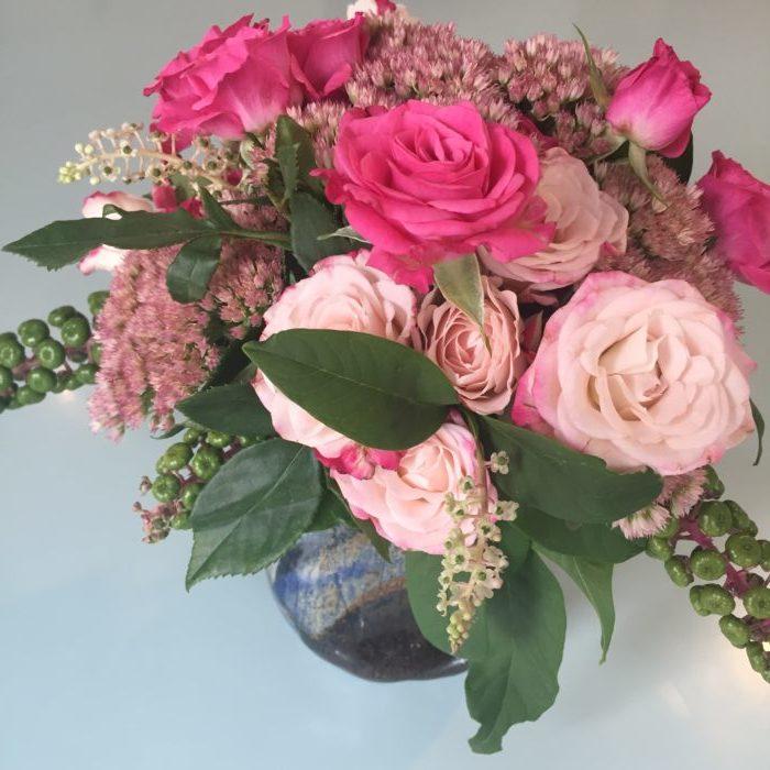 Roses, phytolacca, sedum dans une poterie de créatrice - collection personnelle