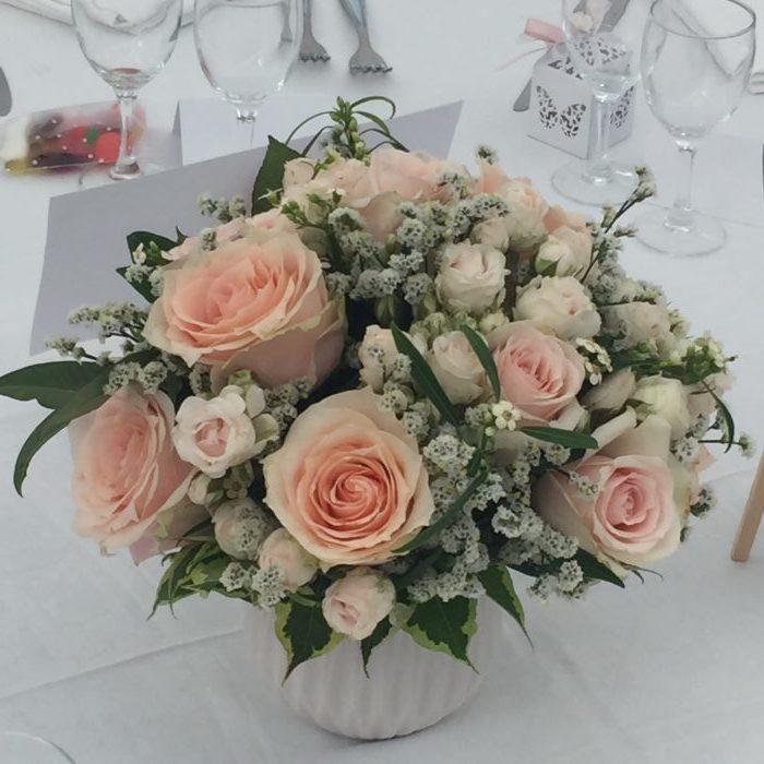 Roses, branchues, Euphorbes, Statice, Wégélia dans une céramique - centre de table mariage - évènementiel 12 pièces en location