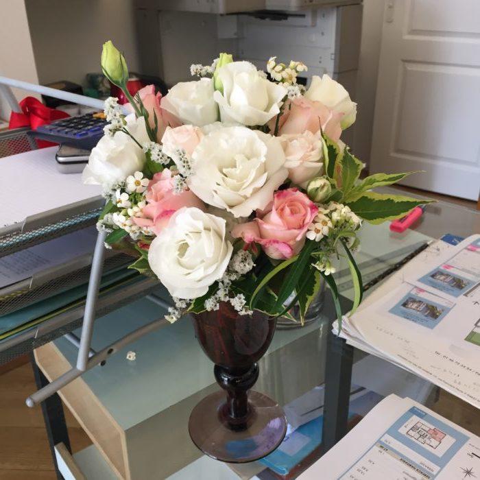 Roses, Lysianthus, Euphorbes, Statice, Wégélia dans un vase en verre soufflé chiné - collection personnelle - abonnement