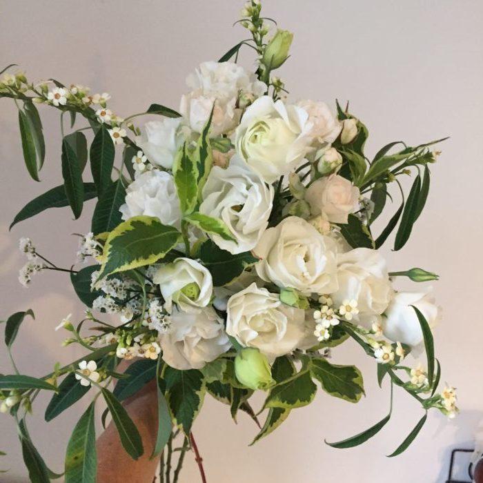 Roses branchues, Lysianthus, Euphorbes, Statice, Wégélia - bouquet en forme étoilée - mariage