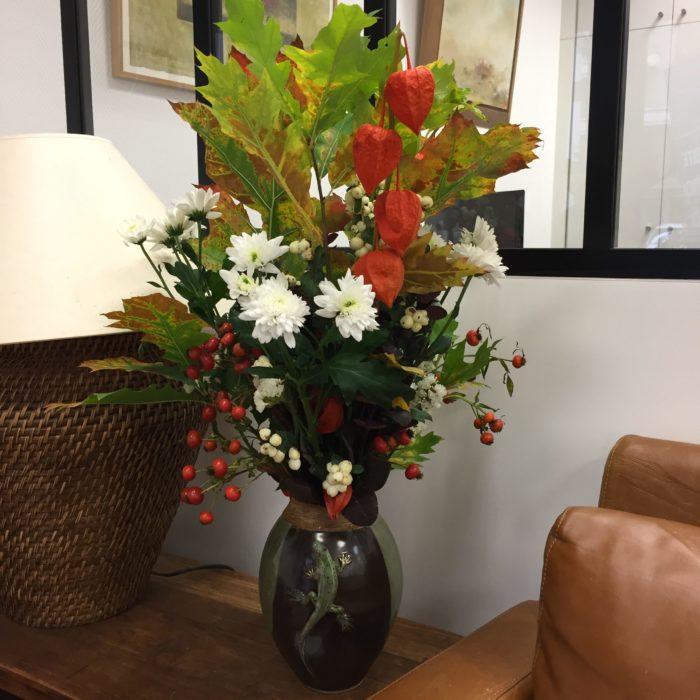 Chêne, Physalis, Chrysanthème, Baie de rosier, Hypericum et Statice dans un vase en céramique d'une créatrice - collection personnelle - abonnement