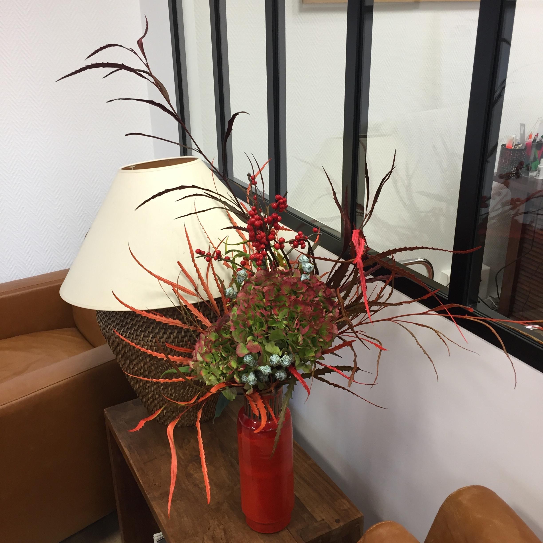 Grevillea, Ilex, Hortensia, Eucalyptus dans un vase chiné - collection personnelle - abonnement